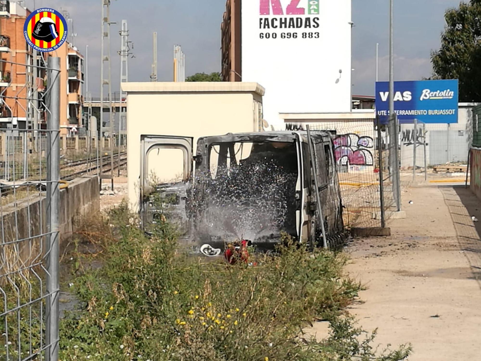 Un operario herido al incendiarse una furgoneta en València