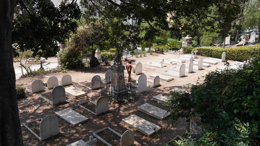El hallazgo de una lápida paraliza las obras del muro del Cementerio Inglés