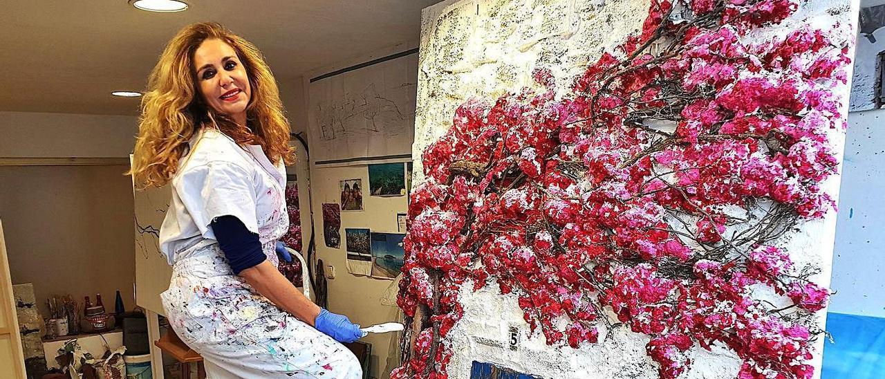 Marta Torres con una de sus obras con la buganvilla como protagonista.