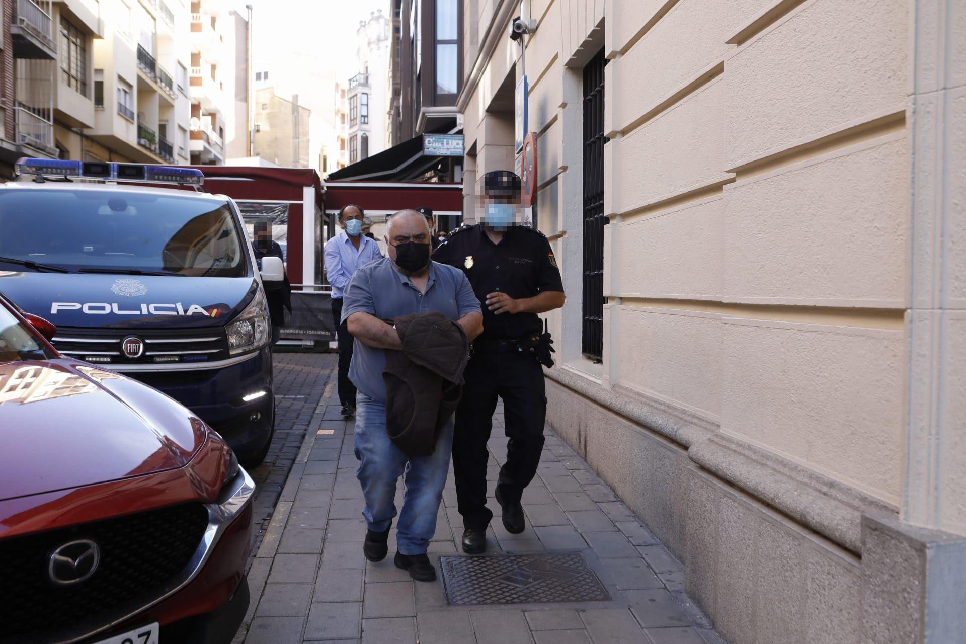 El encargado S. M, también detenido.
