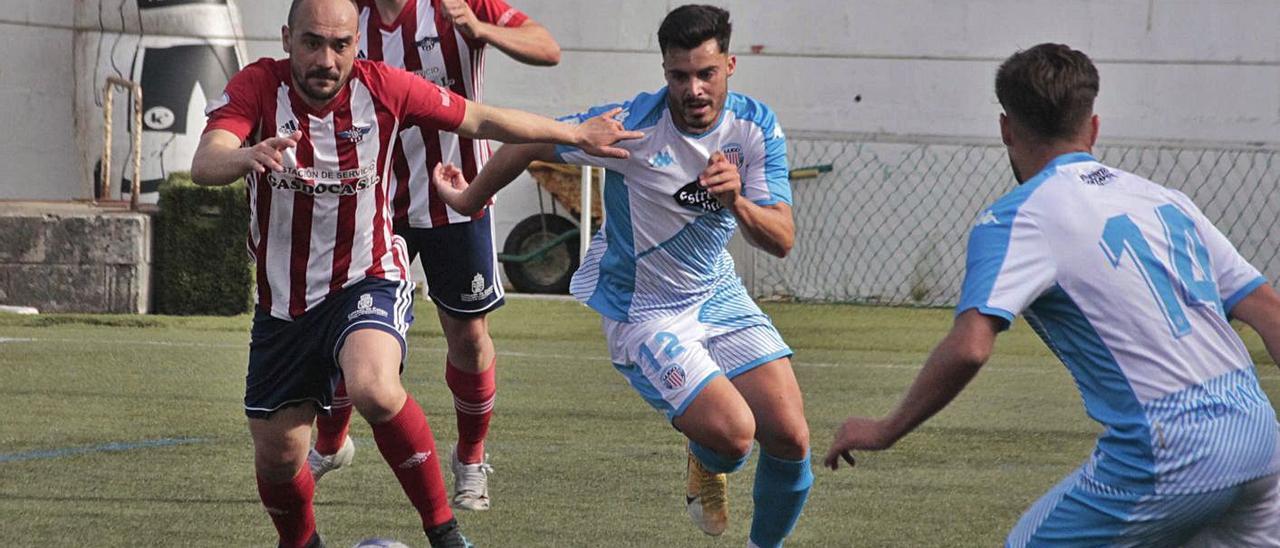 Iván Pérez intenta llevarse un balón en el partido del domingo ante el Polvorín en O Morrazo.    // S.ÁLVAREZ