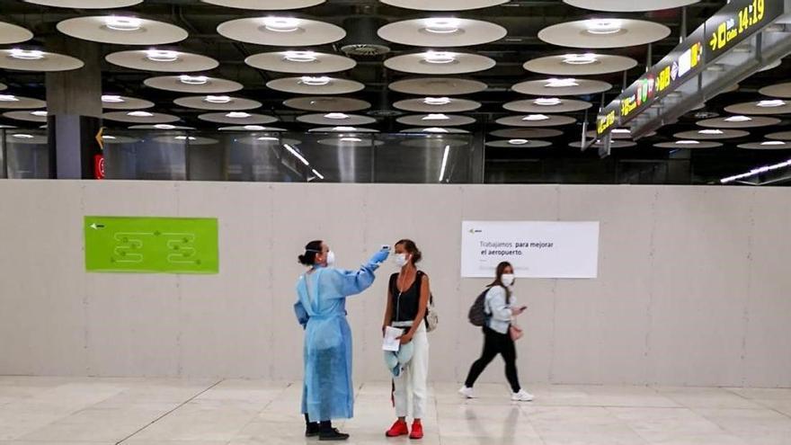Reyes Maroto anuncia un proyecto piloto para probar el pasaporte sanitario en España