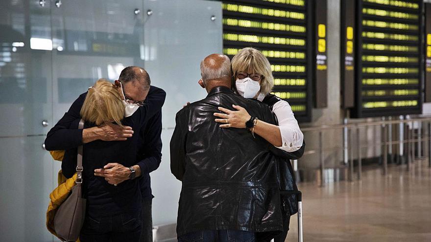 Los abrazos regresan al interior de los aeropuertos