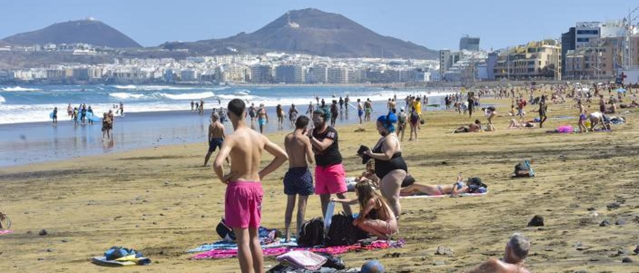 En la imagen, varios usuarios ayer en la playa sin usar la mascarilla.