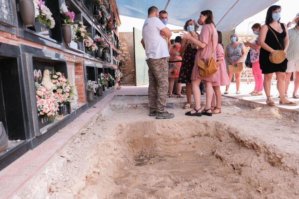 10-08-20 Inicio de la exhumacion de la fosa comun del cementerio de Monovar con fusilados y represaliados de la Guerra Civil y el franquismo, visita de la consellera Rosa Perez Garijo, memoria historica