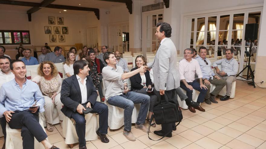 Company premia a sus apoyos y nombra a nueve vicepresidentes del PP