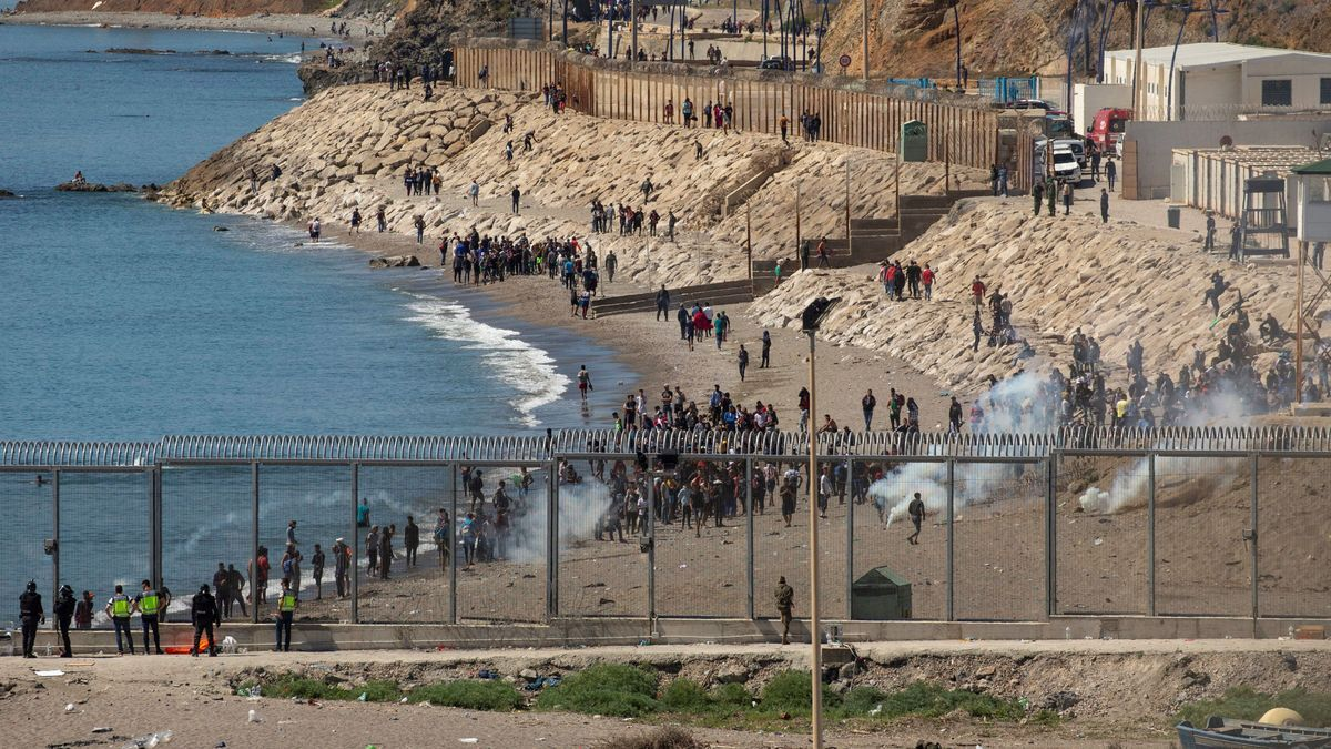Vista del paso fronterizo de El Tarajal en Ceuta.