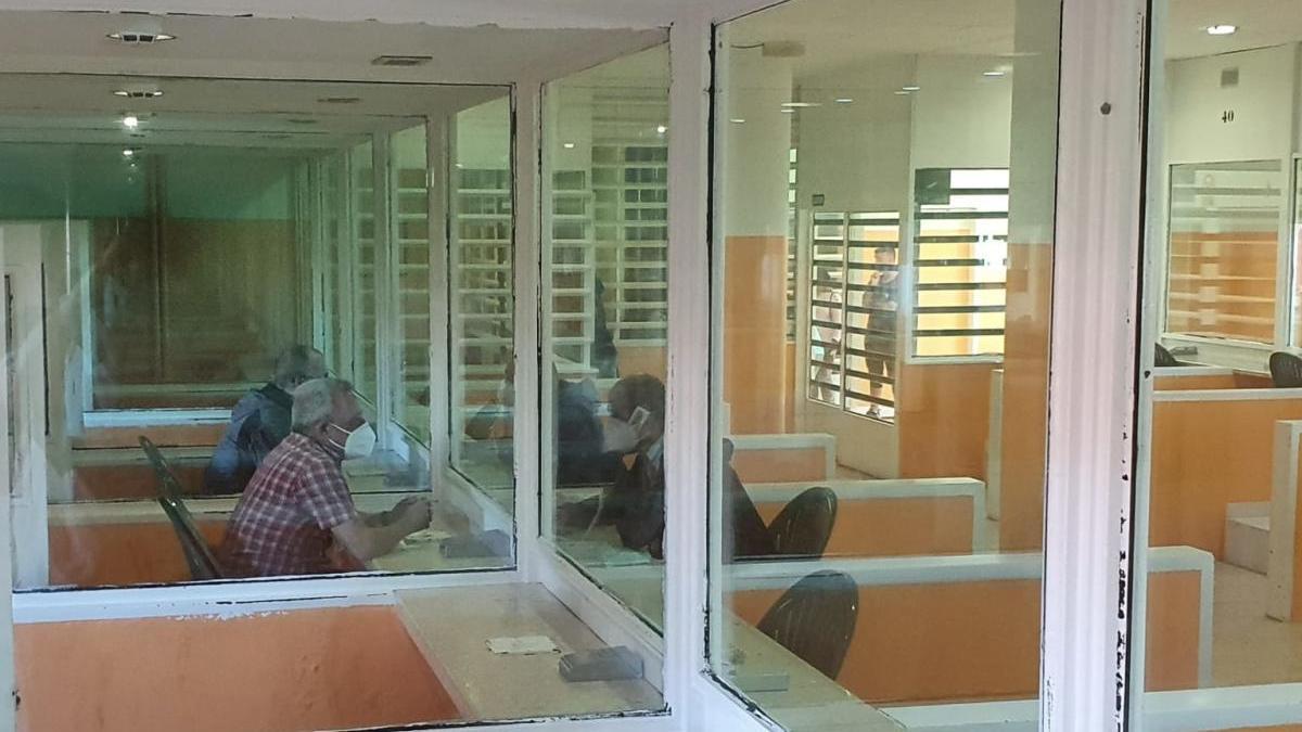 Presos hablando con sus allegados en el locutorio del centro penitencario de Teixeiro. // FdV