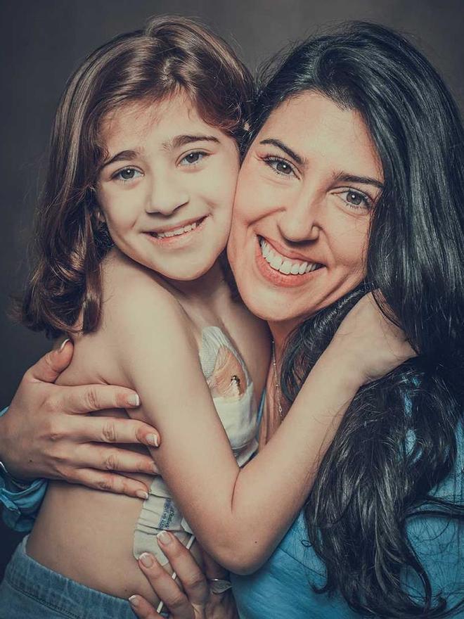 La pequeña Natalia Díaz, de 10 años, y Alba R. Santos