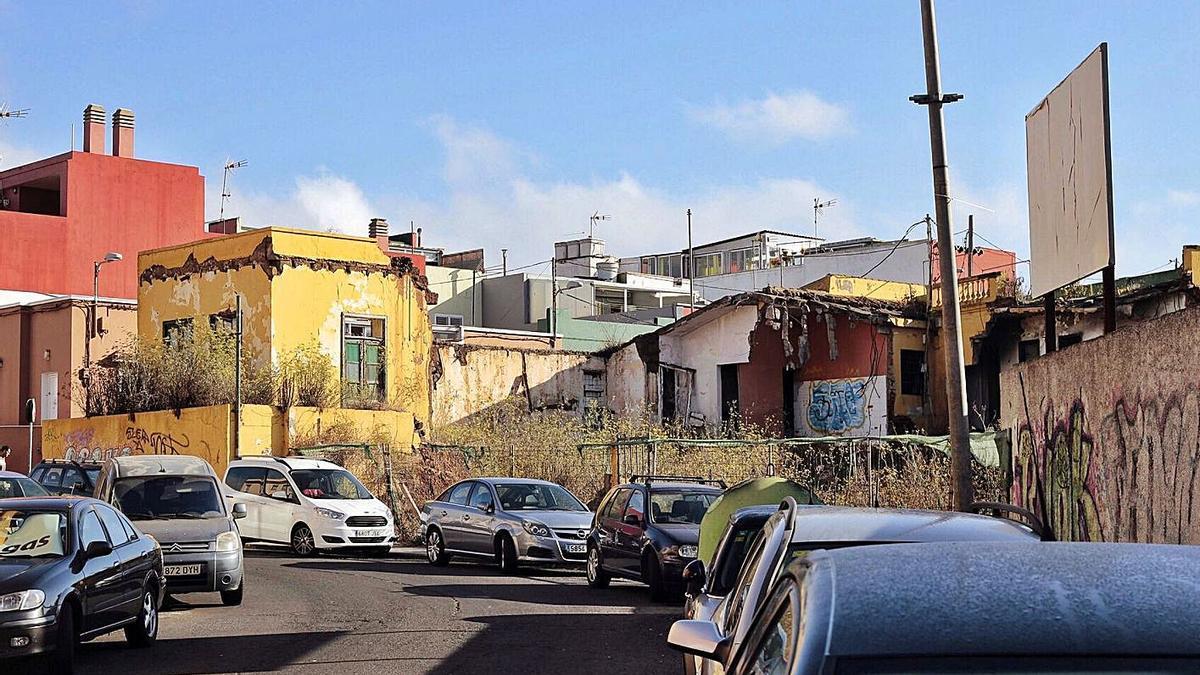 El camino de Las Gavias y, de fondo, la casa que ha ocupado la mujer.