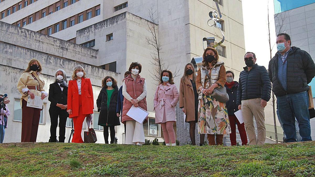 Asistentes al homenaje a las sanitarias ante la escultura situada en el CHUO. |   // IÑAKI OSORIO