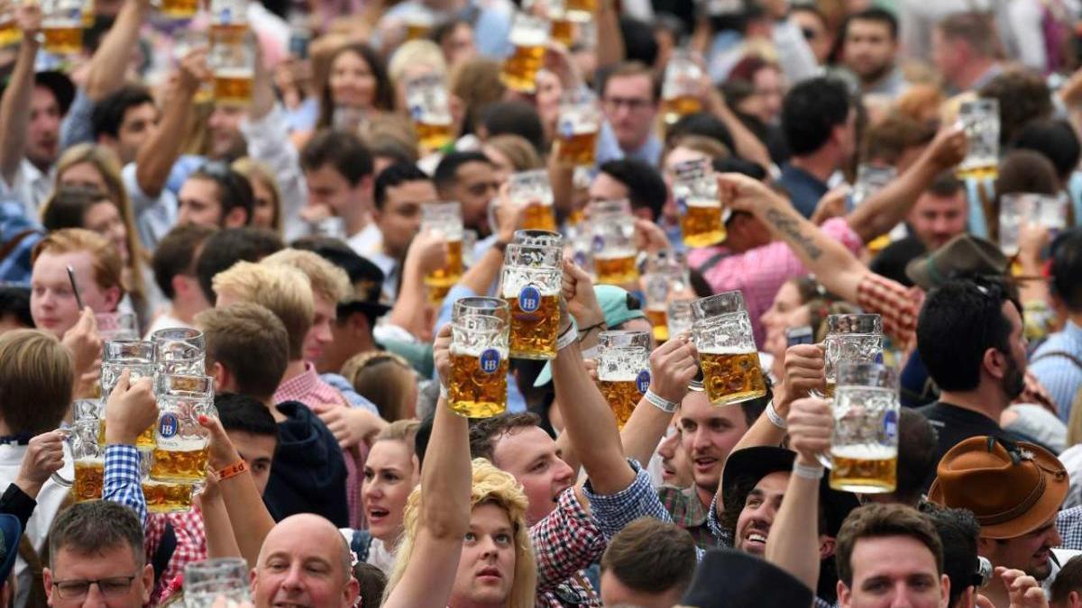 Gent mostrant la cervesa durant l'última edició de l'Oktoberfest