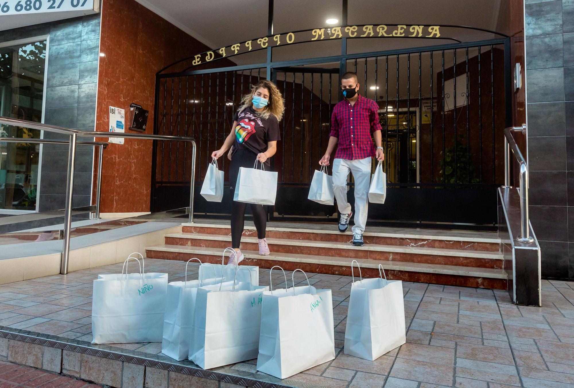 Galería: Una familia de Benidorm recorre las calles atendiendo a las personas sin techo para entregarles kits sanitarios