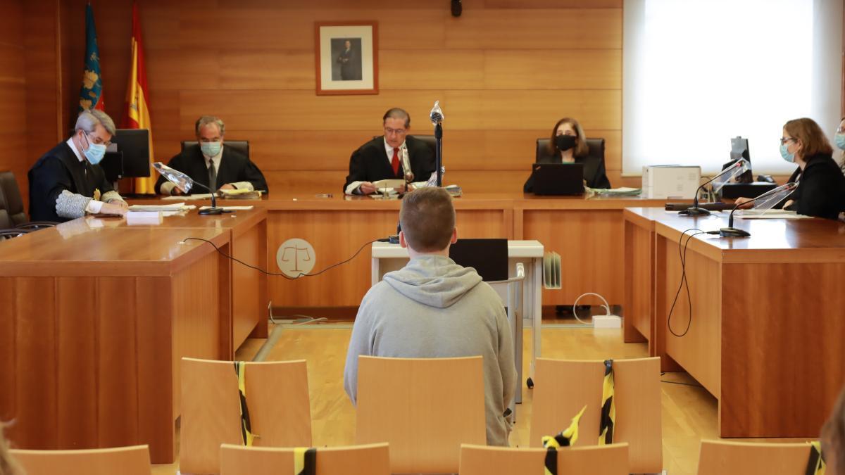Imagen del ya condenado, sentado en el banquillo de la Audiencia Provincial.
