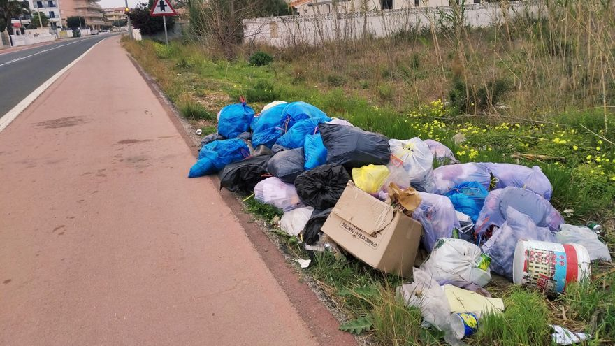 Arrojan basura en la carretera de les Marines de Dénia