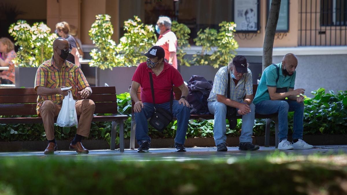 Varias personas con mascarilla en Santa Cruz de Tenerife