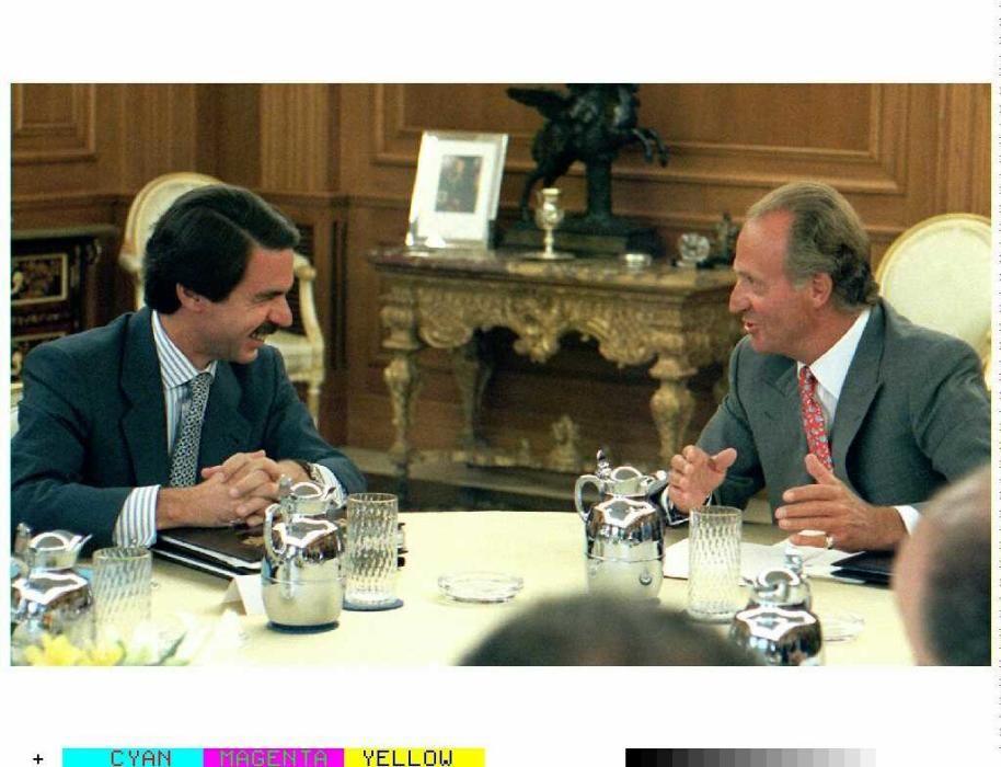 Juan Carlos conversa con Jose María Aznar.