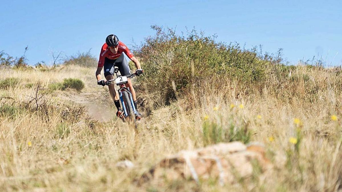Un ciclista de BTT en un circuit de la Cerdanya durant una competició de l'Ajuntament   ARXIU/M.S.