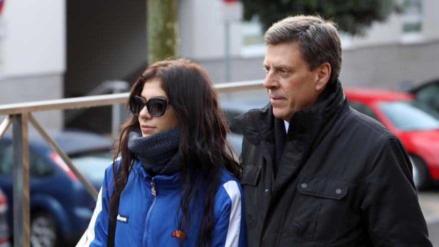Valeria Quer con su padre en una imagen de archivo durante el juicio por el crimen de su hermana Diana Quer.