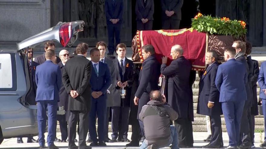 Gritos de 'Viva Franco' de familiares y nostálgicos