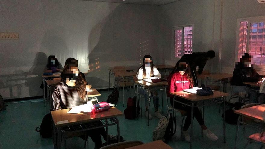 Alumnos de las prefabricadas del IES Azorín de Petrer reciben clases a oscuras por la luz de obra