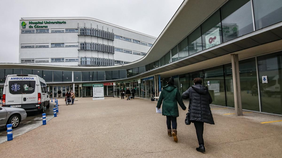 Entrada principal al Hospital Universitario de Cáceres.