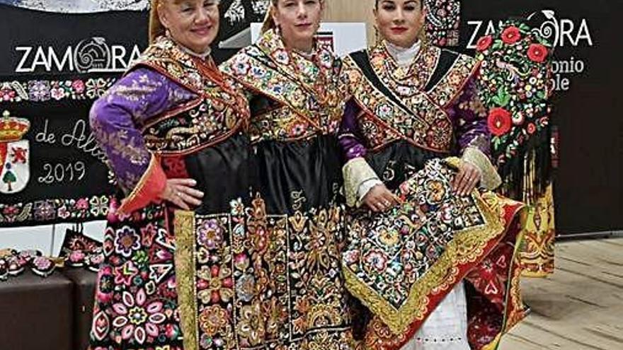 Tres mujeres vistiendo los trajes carbajalinos.