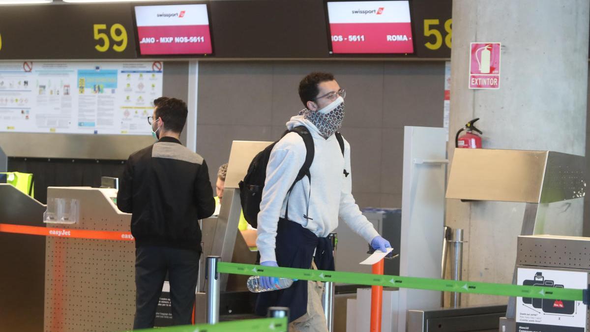 (Archivo) Un turista llega al aeropuerto de Manises