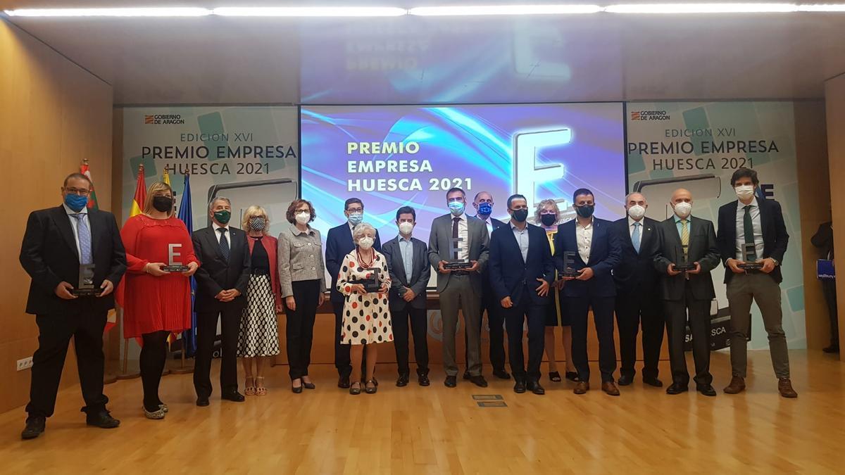 Foto de familia de los premiados de los Premios Empresa Huesca 2021