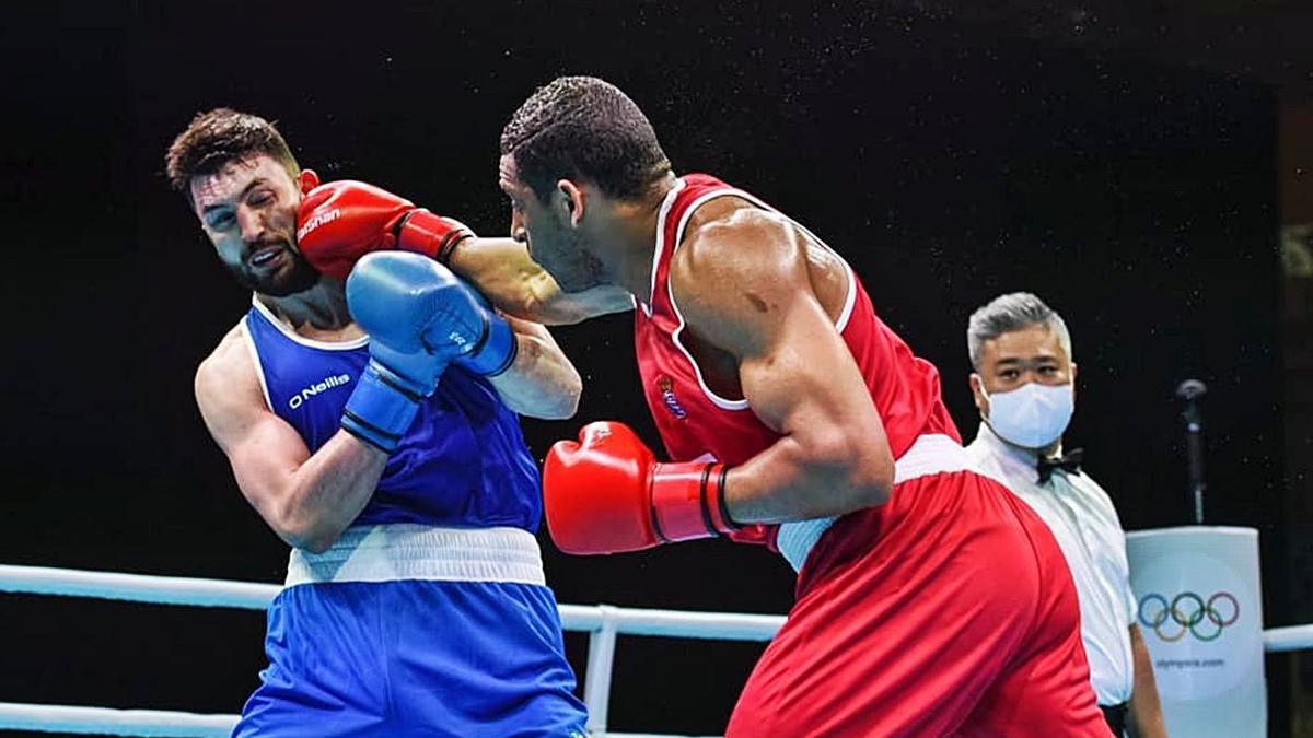 Enmanuel Reyes golpea a Pantaleev en el combate disputado ayer en París.    // FEDERACIÓN GALLEGA DE BOXEO