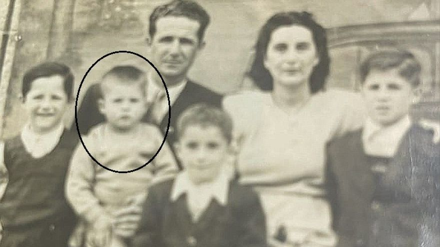 El pequeño Abel en brazos de su padre, en 1948; tenía dos años.
