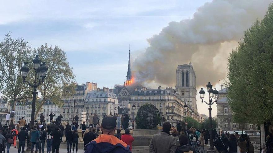 Un grave incendio devasta la catedral de Notre Dame