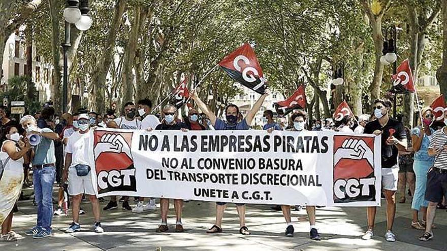 El transporte discrecional protesta en Palma por su situación laboral