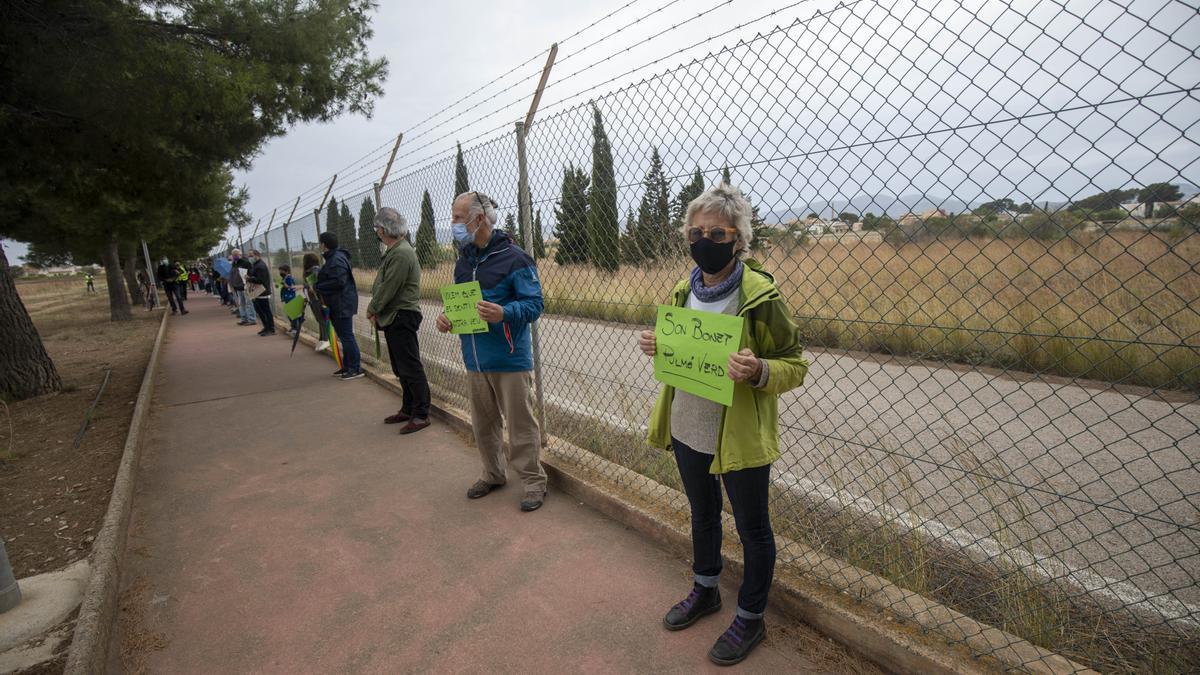Una imagen de la cadena humana del pasado domingo contra el parque fotovoltaico promovido por Aena.