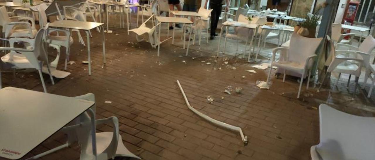 El coche arrambló con dos bolardos y causó un gran estropicio en la terraza del restaurante. | LEVANTE-EMV