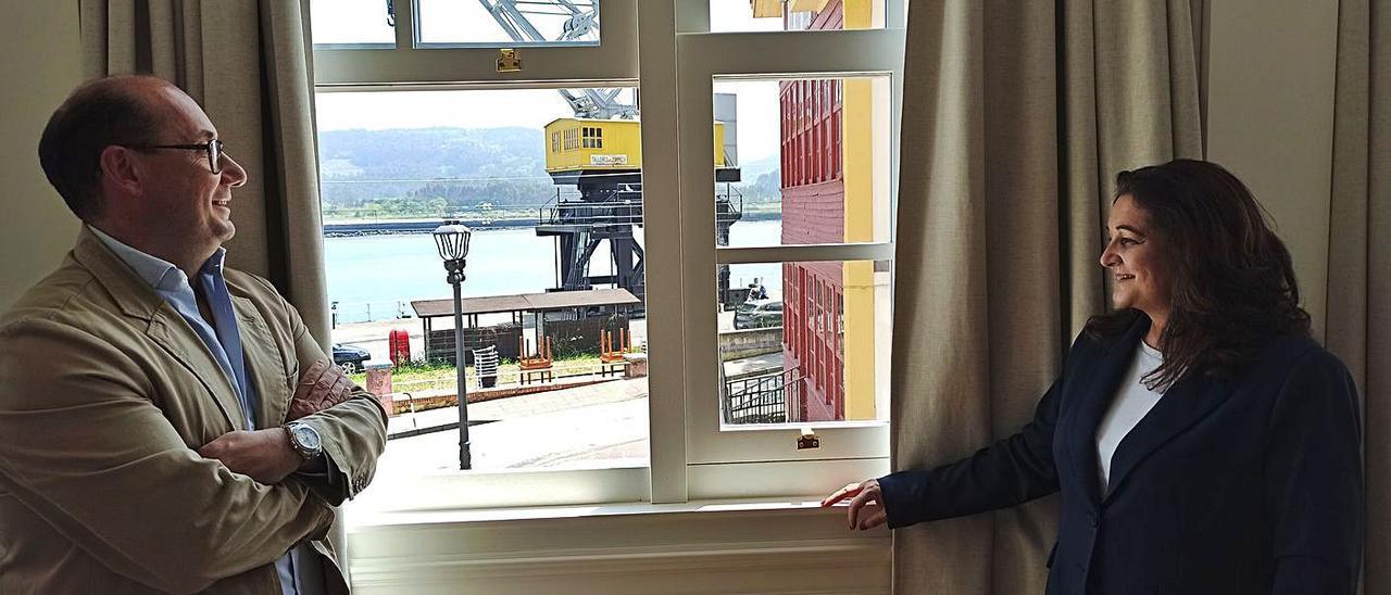 Fernando Artime y Ana Carballo, ayer, en una de las ventanas de la habitación donde pernoctó el escritor Rubén Darío a principios de siglo pasado. | S. Arias