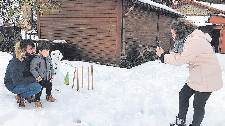 Adrián disfruta de su primera nieve