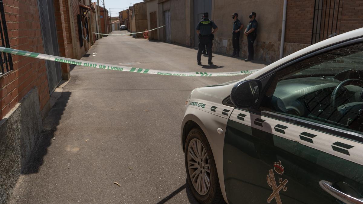 Guardias civiles junto al domicilio de la víctima en Villarrín.