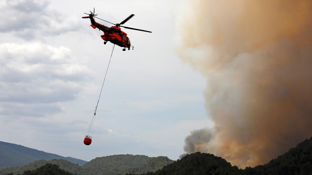 Un helicóptero durante las labores de extinción de un incendio en Zamora en una imagen de archivo.