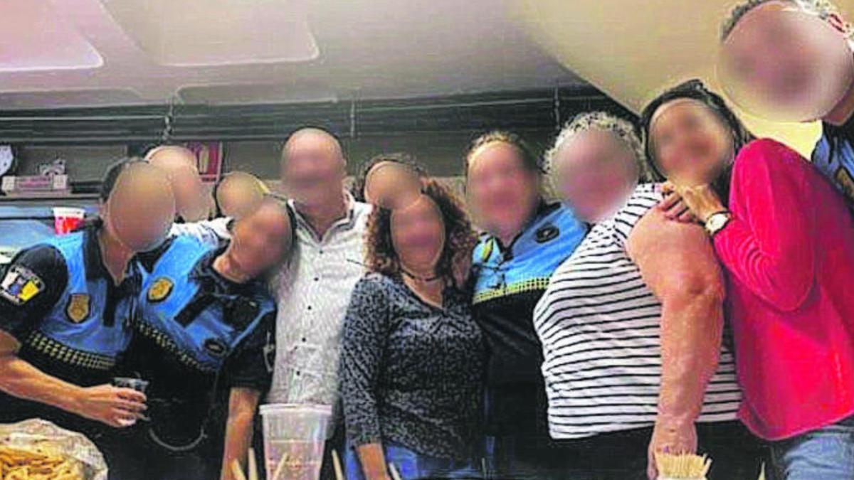 Una de las imágenes de la fiesta organizada en la sede policial de Tres de Mayo que colgaron en las redes sociales.