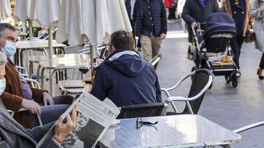 """Terrazas hasta las diez de la noche y aumento de la ocupación en las mesas: los """"alivios"""" a la hostelería que el Principado tiene sobre la mesa"""