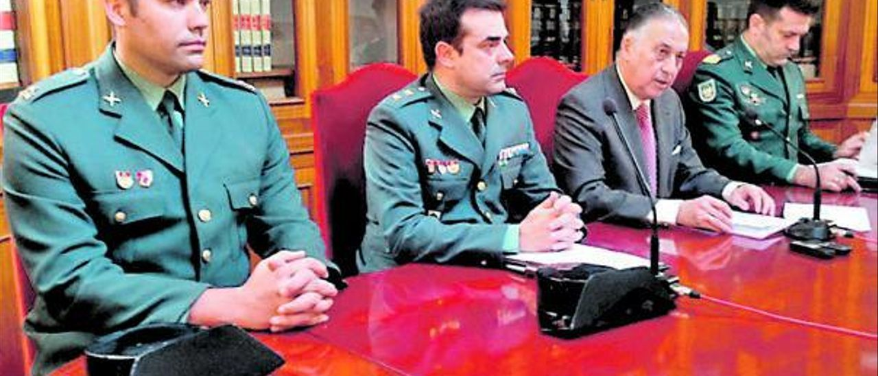 El comandante (primero por la izquierda) en una reunión en su anterior destino, en Huelva.