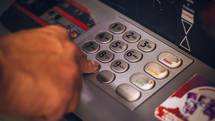 ¿Cambiar de banco o guardar el dinero en casa para no pagar comisiones?
