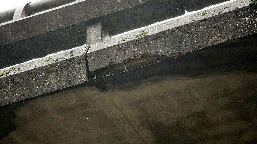 """Enfado en Mollavao por el mal estado del viaducto de la AP-9: """"Se cae a cachos"""""""