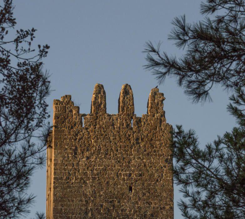 La torre de Merola, els quatre merlets i la paret nord supervivents