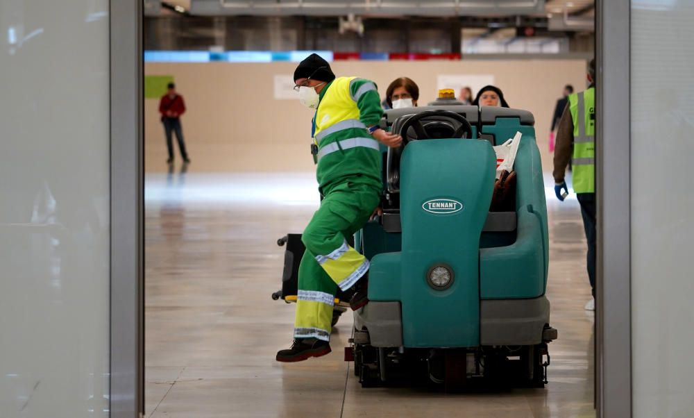 MADRID. 19.03.2020. CORONAVIRUS. Miembros de la UME limpian el aeropuerto de Barajas, terminal T4. En la imagen un empleado de limpieza. FOTO: JOSE LUIS ROCA