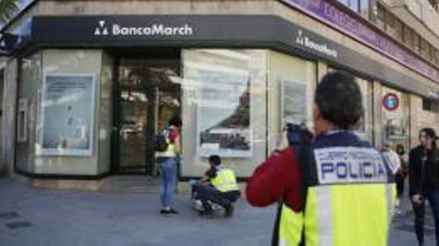 Un hombre intenta atracar a cara descubierta una oficina bancaria en Alicante