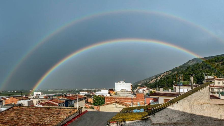 Un espectacular arcoíris doble luce en el cielo de Bigastro