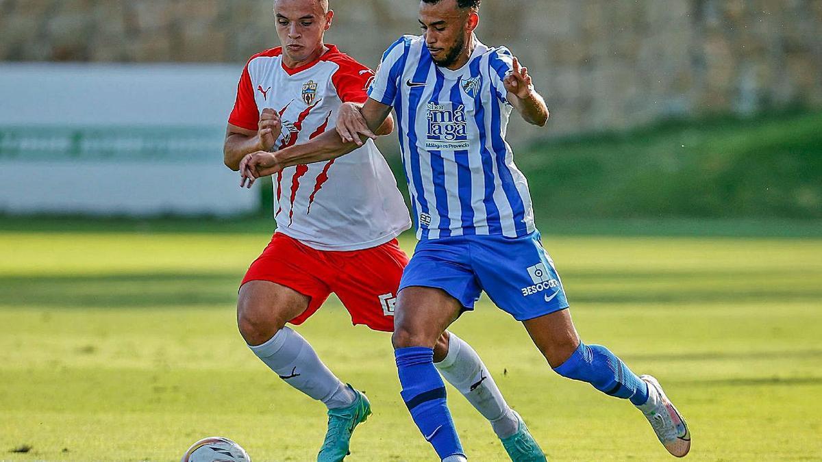 Hicham, durante el amistoso de pretemporada que el Málaga jugó contra el Almería.   MÁLAGA CF