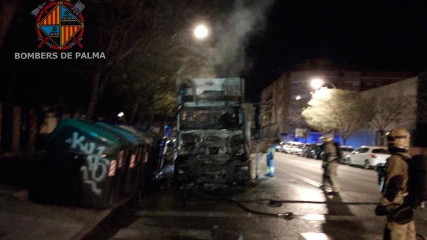 Arde un camión de Emaya  en Camp Redó